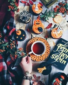 Here is a list of craft products and tools you might wish to have on hand for doing Halloween decoration. Décoration Table Halloween, Photo Halloween, Fröhliches Halloween, Holidays Halloween, Halloween Treats, Halloween Decorations, Halloween Cupcakes, Halloween Tumblr, Halloween Flowers