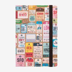 Il taccuino medium a righe luggage tag è ideale per custodire ricordi, pensieri e appunti.<br> Carta di altissima qualità in un design moderno e divertente che dona un tocco di stile al lavoro, a scuola e nel tempo libero<br>