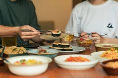 食べごたえ抜群の韓国の味キンパを植物性100%でご用意!冷凍だからとあなどるなかれ、充分に温めることで海苔の香りとホクホクご飯が楽しめます。オムニミートのそぼろとナムルを海苔で巻いた韓国風プラントベース海苔巻きです。ごま油の風味とコチジャンの味がピリッと効いていますので、それぞれの具材の相性が抜群で見た目にも鮮やかです。 Gimbap, Products, Gadget