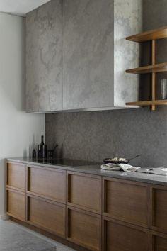 Deze op maat gemaakte strakke eiken kaderdeur, maakt het geheel niet klassiek maar juist modern. De beton stuc heeft een marmer look. www.demulderkeukensopmaat.nl