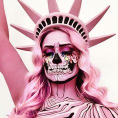 mujer con maquillaje de esqueleto rosa de la estatua de la libertad