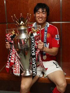 Park Ji-Sung with the Premier League trophy Manchester United Champions, Manchester United Images, Manchester United Players, Man Utd Squad, Sharon Jones, Bobby Charlton, Premier League Champions, Park Ji Sung, Barclay Premier League