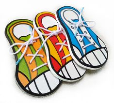 Como Amarrar Meu Tênis  Este tênis de madeira com cadarço vai ajudar os  pequenos aprenderem a dar o laço no cadarço do tênis ou sapato. 72f470c5366ca