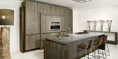 Tinello moderne keuken|Kookeiland op gietvloer|Keuken Woonbeurs|Greeploze moderne keuken|Strakke Tinello-keuken|Tinello Keukens