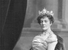 A couple of years later, Blance, Lady Howard de Walden,sported this gorgeous sunburst and foliate frond diamond tiara.