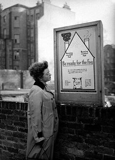 1952 smog crisis: Housewife reads a London borough of Holborn poster National Health Service, The Great Fire, London History, Weather Change, Old London, London Photos, Medical Conditions, Still Image, The Guardian