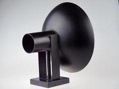 Grote matzwarte wandlamp. De diameter van de kap is 27 cm. In tiptop vintage conditie, metaal met twee e27 fittingen (onder en boven). Ontworpen door louis kalff in het begin van de jaren 60.