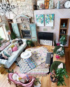 Spring maximalist home decor. The perfect bohemian family room. #boho #familyroom #livingroomideas #springhomedecor #homedecor #maximalist #bohostyle