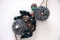 「つまみ細工」とは、江戸時代に始まったとされる日本の伝統工芸で、正方形の布を折り畳んで作ります。