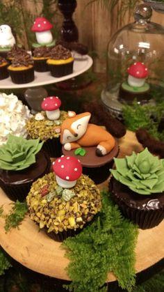 Para uma festa no bosque, a escolha do espaço da com área ao ar livre e muito verde valorizou a decoração, Cupcakes em forma de bromélias, raposinha, cogumelos… Eles são de chocolate e pistache