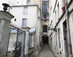 Prenez l'impasse Saint Paul, Paris 4e. Au fond de celle-ci se trouve une entrée cachée de la Paroisse Saint-Paul-Saint-Louis.