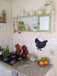 Tabakskastje van mijn opa groen wit in mijn kleine keuken