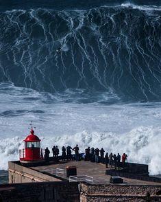 Le surfeur Lucas Chumbinho affronte une vague monstre en surf à Nazaré au Portugal en Big Waves, Ocean Waves, Giant Waves, Photo Surf, Places To Travel, Places To See, Big Wave Surfing, Surfs Up, City Photography