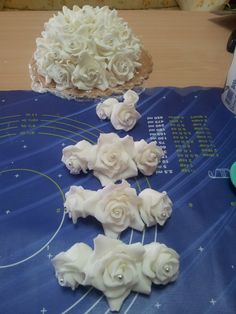 Topper di rose a cupola e gruppetto di rose pronte per una torta di matrimonio tutto in pdz e perline di zucchero argentate