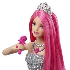 Barbie - Princesa Courtney en Campamento de Princesas, una muñeca de la Princesa Courtney con su micrófono, como en la película Barbie: El Campamento de Princesas. Courtney  es una elegante princesa que se transforma en una famosa cantante de Rock en la película. Cuando levantes el micrófono para que Barbie cante, su falda ¡girará sola! transformando su vestido de gala rosa en un fantástico vestido rockero.