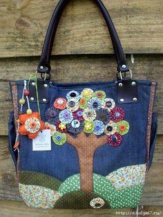 Diseño de bolso de patchwork decorado con un bonito árbol - Patchwork Fabric, Patchwork Bags, Quilted Bag, Denim Patchwork, My Bags, Purses And Bags, Bag Quilt, Denim Ideas, Denim Crafts