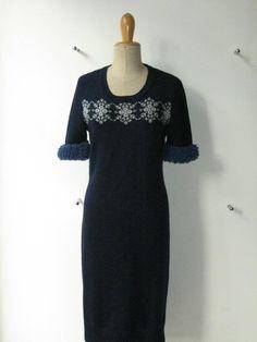 Vestitino in lana blu con disegni norvegesi in grigio e lurex e polsini in lana bouclè