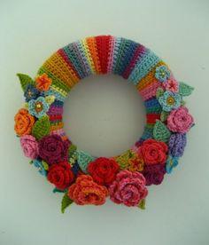 Crochet Flowers Design Colorful May Rose Wreath - tutorial Crochet Gratis, Crochet Amigurumi, Crochet Flower Patterns, Crochet Flowers, Knitting Patterns, Wreath Crafts, Yarn Crafts, Wreath Ideas, Crochet Home