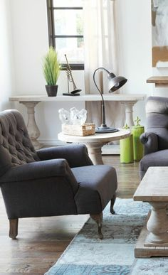 un joli fauteuil de lecture gris avec sol en bois massif