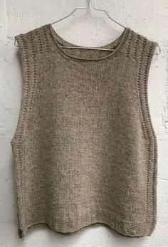 Sød bluse med lynlås i halsåbning 😍 Dette finde design er en del af vores & Knitting Stitches, Knitting Designs, Knitting Patterns Free, Knitting Yarn, Free Knitting, Knit Vest Pattern, Creative Textiles, Big Knits, Pulls