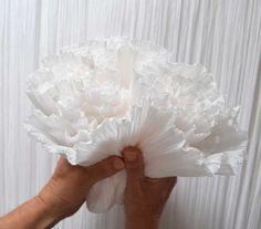 Formée à l'école Boulle, ses multiples expériences l'ont amenée à développer une approche vraiment personnalisée du papier de soie.