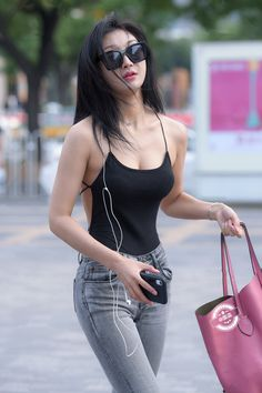 You are struggling to find the perfect birthday gift for women in your life? Here, 22 chic and stylish gift ideas she'll be SO obsessed with. Mode Chic, Mode Style, Sexy Jeans, Look Girl, Cute Girl Pic, Asia Girl, Cute Asian Girls, Beautiful Asian Women, Sensual