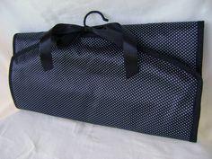 Organizador de jóias e/ou bijuterias feito em tecido acetinado dublado. Ganhe mais praticidade em sua vida! Ideal para organizar seus brincos, anéis, pulseiras, colares e relógios, você poderá utilizá-lo no armário - pendurando-o através do cabide - ou na mala - dobrando o organizador, fazendo com que ocupe menos espaço.   Fechado mede aproximadamente 41cm de largura por 20cm de altura. Aberto mede aproximadamente 41cm de largura por 61cm de altura, podendo ser pendurado, expondo seu…
