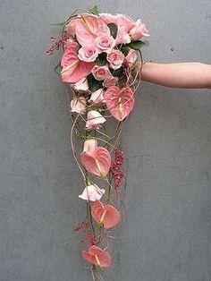 Rose e Anthurium rosa per il bouquet della sposa pendente