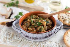 """Funghi trifolati Una ricetta facile e veloce che esalta al massimo il sapore dei funghi porcini. I funghi trifolati in padella sono un contorno di verdura gustoso e leggero. Un """"classico"""" della cucina italiana e tra le più gustose ricette vegetariane."""