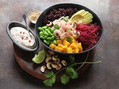 Poké bowl är klassisk Hawaiiansk street food. Basen utgörs av ris och olika typer av fisk eller skaldjur. Denna är gjord med räkor, men du kan byta ut dem mot t ex rå lax eller tonfisk och vilka grönsaker och frukter du själv gillar. SmartPoints/port: 8För att få fler smarta recept, bli medlem i ViktVäktarna. Klicka här. Vegan Junk Food, Vegan Sushi, Vegan Baby, Poke Bowl, Vegan Smoothies, Vegan Kitchen, Asian Cooking, Vegan Sweets, Love Food