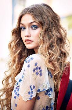 Me recuerda a Alicia en el País de las Maravillas. Gigi Hadid Vogue December 2016
