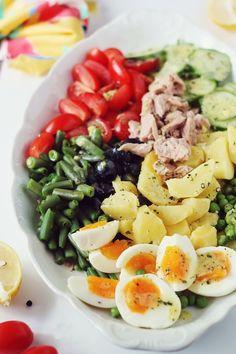Salata nicoise cu ton si legume, cu dressing de mustar. O salata delicioasa, potrivita atat pentru cina cat si pentru pranz. Nicoise, Healthy Salads, Cobb Salad, Potato Salad, Dressing, Potatoes, Ethnic Recipes, Food, Dinners