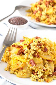 No podrás distinguir entre este revuelto vegano de chorizo con patatas y un revuelto hecho con huevo, además, es más ligero y sano.