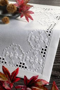 Embroidery Hardanger Risultati immagini per manteles bordados hardanger - Types Of Embroidery, Learn Embroidery, White Embroidery, Embroidery Patterns, Hand Embroidery, Hardanger Embroidery, Cross Stitch Embroidery, Drawn Thread, Linens And Lace