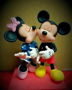 Cute Polymer Clay, Diy Clay, Clay Crafts, Mickey And Minnie Cake, Mickey Minnie Mouse, Disney Figurines, Clay Figurine, Fondant Toppers, Fondant Tutorial