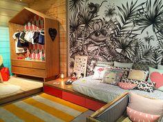 """""""Mais um projeto para quarto infantil moderninho! Um tablado com armário em madeira pinus - de baixo custo. A cama baixa, com gaveteiro, tem a parede com…"""""""