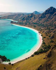 Pink beaches and rugged landscapes are just some of the beautiful things you will discover on your Indonesian islands cruise… Komodo National Park, National Parks, Komodo Island Tour, Cave Diving, Scuba Diving, Diving Course, Underwater Photos, Koh Tao, White Sand Beach