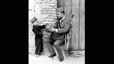 Un niño da de beber a un soldado con un botijo  ABC