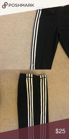 Authentic Adidas cropped leggings Authentic Adidas cropped leggings great for casual sporty looks. Fits medium. Worn twice Adidas Pants Leggings
