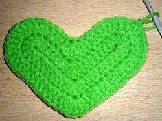cada uno y cerrarlas todas juntas. in the next 5 basis points knit 1 Double crochet in Cloche Hat, Heart Patterns, Double Crochet, Crochet Projects, Pot Holders, Knitting, Cushions, Home Crafts, Crochet Sachet