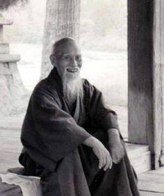 """Das offenkundigste Zeichen für seine Neuorientierung jedoch war die Umbenennung von Aikijutsu in Aikido - """"Weg des Friedens"""" der auch die endgültige"""