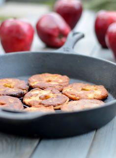 Glutenfreie Apfelringe von Justine kept calm and went vegan | Rezept auch in der mealy-App! Jetzt kostenlos für Android und iOS herunterladen: http://mealy-app.com/download/?utm_source=Pinterest&utm_medium=Socialmedia&utm_campaign=Marketing