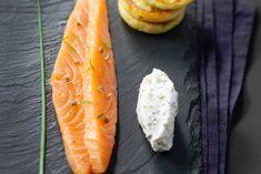 Gravelax de saumon aux agrumes, sauce St Môret® à l'aneth et blinis de pommes de terre