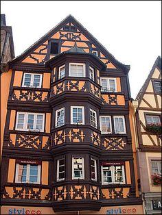 Saverne une belle maison à colombages de 1575 avec un oriel de 3 étages.