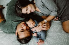 austin newborn session at home - schwangerschaftsfotos zuhause - Baby Clothes Newborn Family Pictures, Newborn Baby Photos, Newborn Shoot, Family Posing, Family Portraits, Family Photos, Newborn Twins, Children Photography Poses, Lifestyle Newborn Photography
