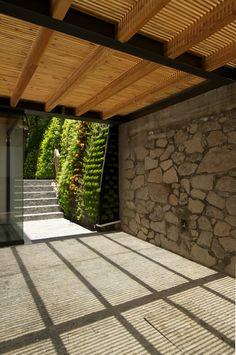 : Garajes de estilo moderno por Hernandez Silva Arquitectos https://www.homify.com.mx/proyectos/502901/jacarandas-house