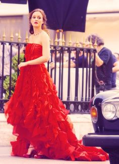 Blair Waldorf (Leighton Meester) looked red hot in an Oscar de la Renta gown, a Harry Winston necklace and a Roger Vivier purse.