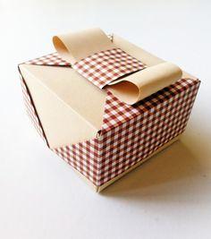 Joli carré vichy pour cette élégante boîte origami de 8x8x5cm
