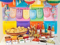 Una mesa colorida para una fiesta 5 de Mayo, via blog.fiestafacil.com / A colourful table for a 5 de Mayo party, via blog.fiestafacil.com