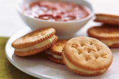 Bouchées au mozzarella cuites au four ---------------------------Ces bouchées onctueuses de biscuits RITZ et de mozzarella ont la texture moelleuse des bâtonnets de fromage frits, mais elles sont cuites au four.